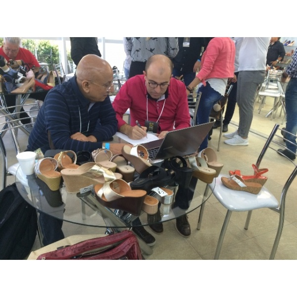 Comprador dos Emirados Árabes encantado com calçados brasileiros